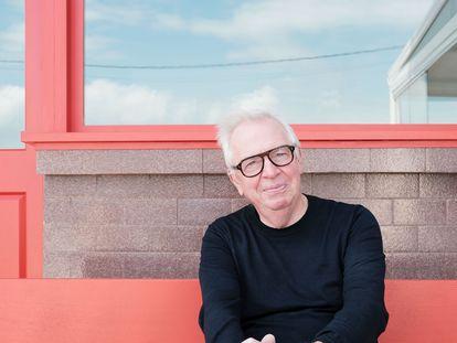 David Chipperfield posa en el bar del puerto de Corrubedo, que ha renovado con azulejos y carpintería roja.