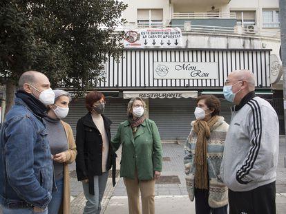 Vecinos de la avenida Carlos Haya 65 de Málaga se oponen a la apertura de una casa de apuestas en los bajos de su bloque.