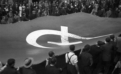 Un grupo de manifestantes porta una bandera comunista, en una marcha en Barcelona en octubre de 1936.
