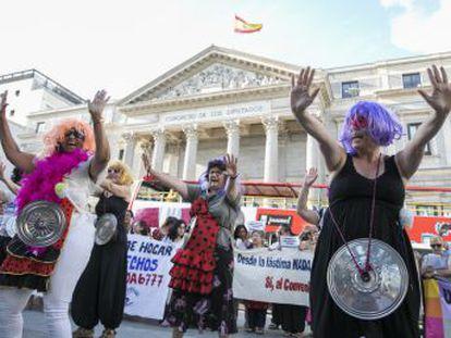 Un centenar de trabajadoras protesta a las puertas del Congreso de los Diputados contra una enmienda del PP que retrasa su equiparación al sistema de cotización general