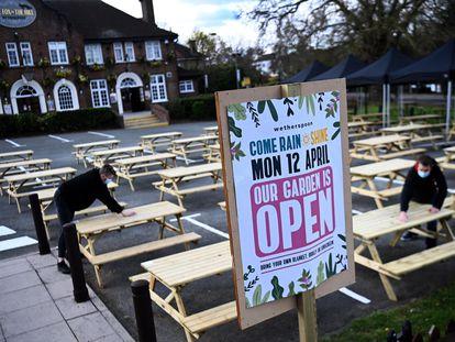 El pub Fox on The Hill prepara la reapertura de su terraza en el sur de Londres, el pasado 11 de abril