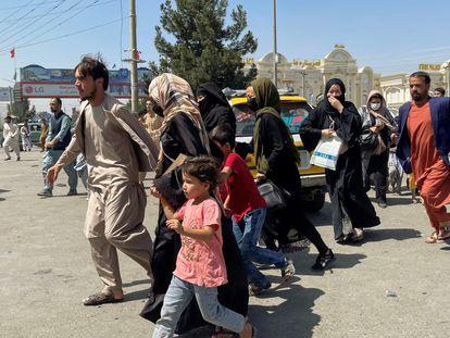 Familias afganas llegan al aeropuerto de Kabul. Al menos cinco personas han resultado muertas la mañana de este lunes tratando de alcanzar la pista.