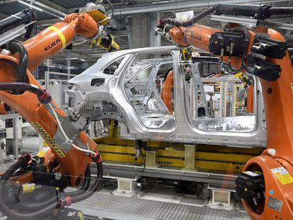 Brazos robóticos ensamblan un vehículo en la planta de Volkswagen en Bratislava, Eslovaquia, en abril.