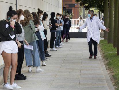 Colas de estudiantes de la Politécnica de Valencia para hacerse la prueba de PCR