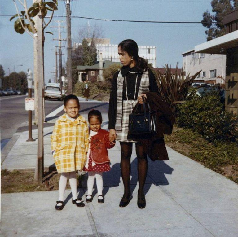 Kamala Harris (izquierda); su hermana pequeña, Maya, y su madre, Shyamala Gopalan, en 1970.