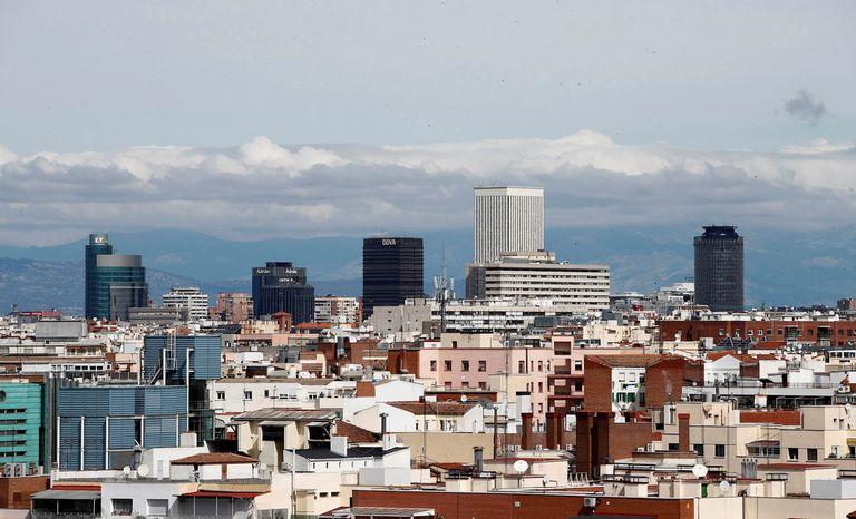 Vista de la Torre Picaso con un cielo prácticamente limpio de contaminación debido al confinamiento en Madrid.