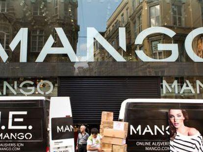 Un grupo de trabajadores descarga mercancía en Mango