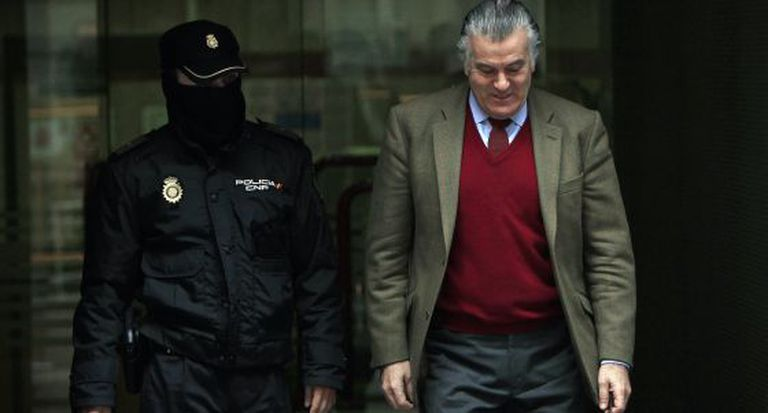 Luis Bárcenas, extesorero del PP, sale de la Audiencia Nacional en mayo de 2013.