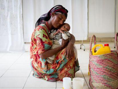 Una mujer abraza a su pequeño en un centro de alimentación terapéutica de Zway (Etiopía).