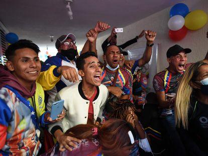 Familiares y amigos de Yulimar Rojas celebran el oro y el récord mundial de la atleta este domingo en su casa de Barcelona, en el Estado de Anzoátegui.