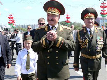 Lukashenko y su hijo pequeño, Nikolay, en 2013.