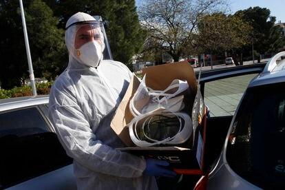 Carlos Moreno muestra el material impreso por su equipo para luchar contra la pandemia.
