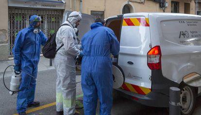 Operarios de la Agencia de Salud Pública de Barcelona, el pasado lunes.