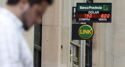 Un hombre pasea por delante de un banco el viernes.