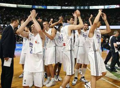 Los jugadores del Madrid festejan su triunfo en la cancha del Joventut.