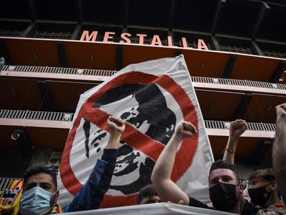 Aficionados del Valencia participan en una concentración contra la gestión de Peter Lim este sábado a las puertas de Mestalla.