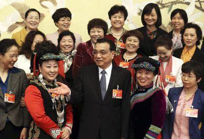 El primer ministro chino, Li Keqiang, junto a delegadas del partido para celebrar el día de la mujer en Pekín.