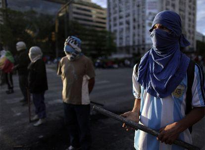 La avenida porteña 9 de julio, una de las más anchas del mundo, fue bloqueada ayer no una, sino dos veces. Piqueteros opositores permanecieron hasta la madrugada de ayer después de haber acampado durante 30 horas, y por la tarde, piqueteros partidarios de Cristina Fernández cerraron el tráfico. El Gobierno argentino se niega a intervenir en los cortes de calles.