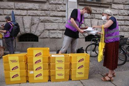Los activistas se preparan para entregar las firmas necesarias para organizar una consulta en la ciudad de Berlín.  El 7% de los votantes, más de 170.000 personas, deben firmar.