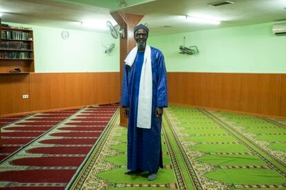 El imán Demba Diagne en la mezquita Al Taqua, dirigida a los hablantes de wolof, uno de los idiomas de Senegal.