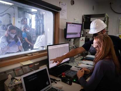 El investigador Eugenio Fraile señala la pantalla en el laboratorio del buque 'Ramón Margalef' En vídeo, los trabajos que se realizan a bordo. (VÍDEO: LUIS ALMODÓVAR)