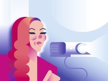 Ya es una imagen icónica: Rocío Carrasco, su traje rosa y un proyector.