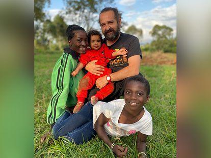El veterinario Luis Flores y su familia, en la República Democrática del Congo. /  ITSASO VÉLEZ DEL BURGO