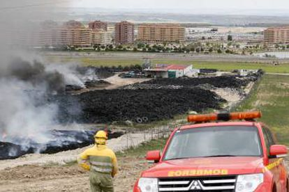 Una patulla de bomberos en las proximidades del cementerio.