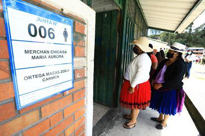 Un par de mujeres, indígenas durante la primera vuelta de las elecciones en Ecuador, el pasado 7 de febrero, en Cuenca.