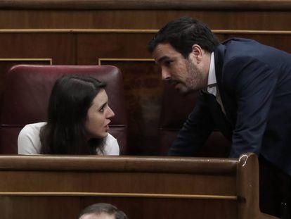 Alberto Garzón conversa con Irene Montero, el pasado día 12 en el Congreso de los Diputados.