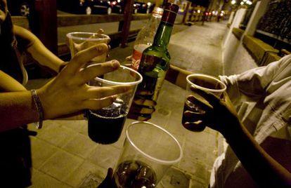 Unos jóvenes toman alcohol en las calles de Pozuelo de Alarcón.