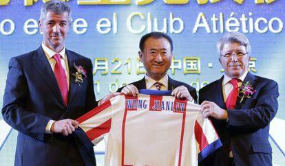 Wang Jianlin, con Enrique Cerezo y Miguel Ángel Gil en Pekín.