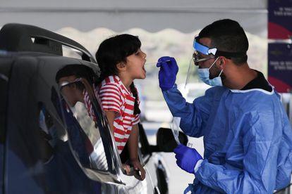 Un sanitario toma una muestra a un niño para una prueba de detección de la covid, el 3 de septiembre en Jerusalén.