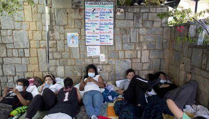 Unos estudiantes se solidarizan con López y Ceballos.