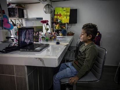 Un estudiante toma clases en línea en Ciudad de México.
