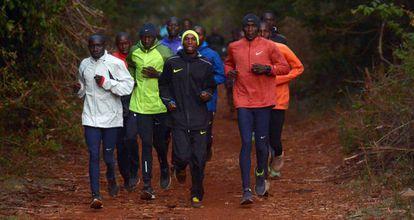 Eliud Kipchoge, a la derecha, durante un entrenamiento en Eldoret (Kenia).