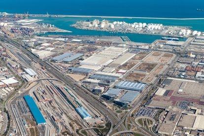 Zona Franca con el Puerto de Barcelona al fondo, el primero de España para tráficos internacionales.