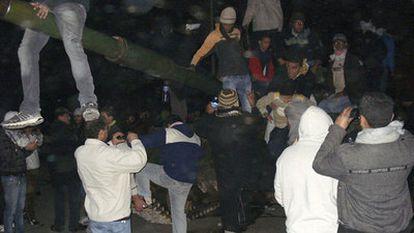 Foto tomada por un libio y difundida por AP que muestra gente manifestándose en Bengasi