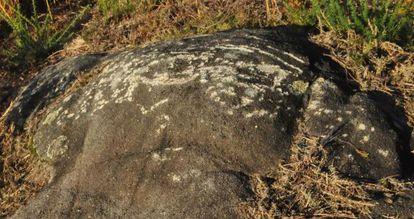 Daños en la roca sobre la que está el petroglifo