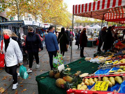 Varios compradores, en un mercado al aire libre en Berlín (Alemania) en octubre pasado.
