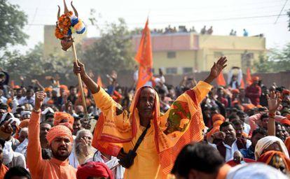 Manifestantes piden este domingo la construcción de un templo hindú en Ayodhya (India).