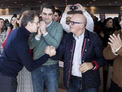 Feijóo saluda a Baltar durante la presentación de los candidatos del PP en las ciudades gallegas el pasado enero en Santiago.