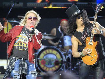 Los integrantes del grupo estadounidense Guns N´Roses, Axl Rose (i) y Slash, durante su concierto en el estadio Vicente Calderón de Madrid en 2017.