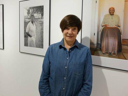 Sue Williamson, junto a su obra, en Casa África.