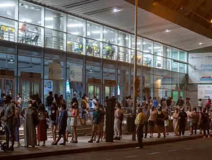Vacunación nocturna en el WiZink Center, en Madrid.