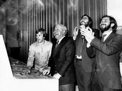 Inauguración de la edición catalana de EL PAÍS en el polígono de la Zona Franca de Barcelona. De derecha a izquierda, Juan Luis Cebrián, Antonio Franco y Jesús de Polanco.