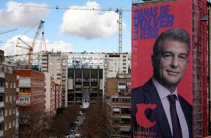 Lona gigante de la candidatura de Joan Laporta a la presidencia del Barça junto al Santiago Bernabéu.