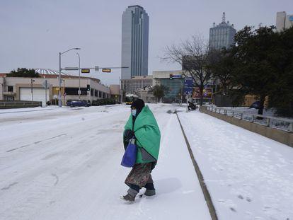 Una mujer, protegida ante el frío, camina por el centro de Dallas (Texas), este martes.