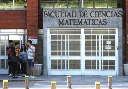 Un grupo de jóvenes, en las puertas de la Facultad de Ciencias Matemáticas de la Universidad Complutense, en mayo de 2019.