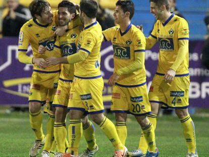 Pacheco, segundo por la izquierda, es felicitado por sus compañeros tras marcar el gol de la victoria del Alcorcón ante el Espanyol.